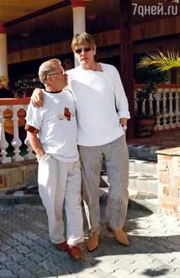 Александр Абдулов и Сергей Никоненко у входа в пляжный ресторан