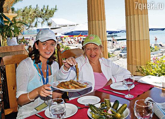 Ольга Дроздова и Галина Волчек в пляжном ресторане