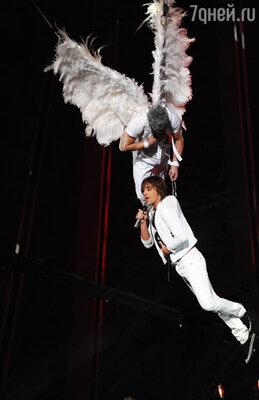 Дима Билан, победитель «Евровидения-2008», открывал финал конкурса, спустившись с небес, буквально