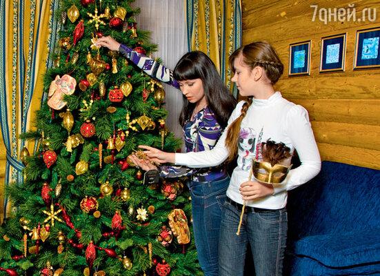 «Мы с детьми всегда наряжаем елку вместе. Для них это такой приятный ритуал погружения в праздник» На Нонне джемпер EMILIO PUCCI