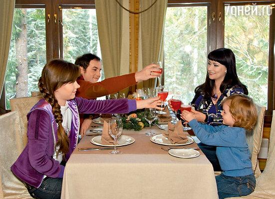 «Родные люди, елка, вкусная еда, телевизор и свежий воздух — вот мой рецепт идеальной новогодней ночи». На Александре джемпер MAISON MARTIN MARGIELA, на Нонне джемпер EMILIO PUCCI