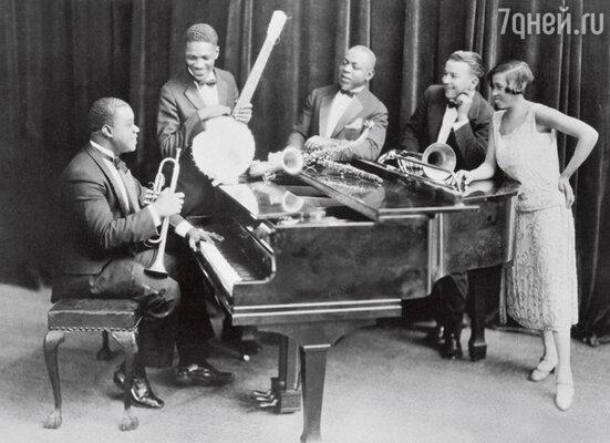 Вторая жена— Лил взяла судьбу Армстронга в свои маленькие, но очень крепкие ручки. Это она убедила его собрать собственный оркестр. С музыкантами своего оркестра и Лил Хардин. 1925 г.
