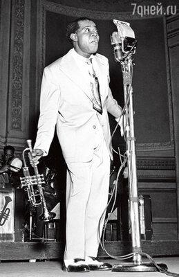 Однажды на Армстронга наехали «крутые» ребята. Чтобы разрулить ситуацию, оркестр срочно отправили на гастроли, причем без Армстронга— он все это время укрывался в телефонной будке на окраине города