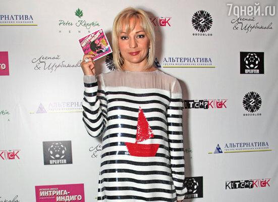 Татьяна Буланова с  диском группы «Интрига-Индиго»