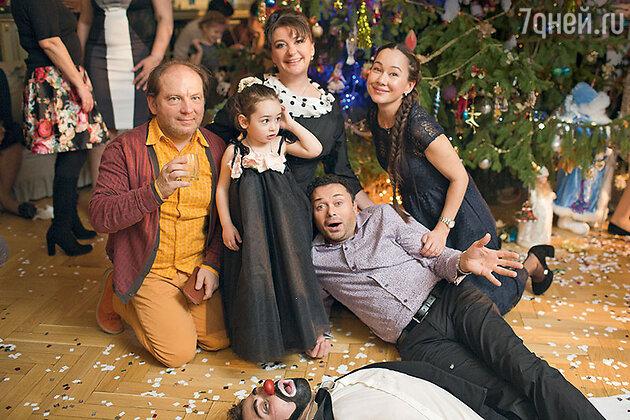 Андрей Федорцов, Анастасия Мельникова с маленькой родственницей Ангелиной, Андрей Носков и Евгения Игумнова