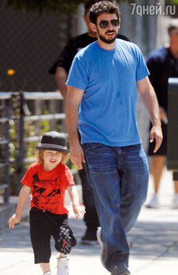 Бывший муж Агилеры Джордан Брэтмен с их сыном Максом на отдыхе в Венеции. 2012 г.