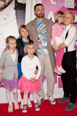 Владимир и Валерия Кристовские с дочерьми