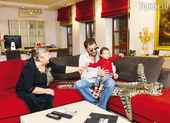 С мамой Нателлой Семеновной и младшей дочерью Николь