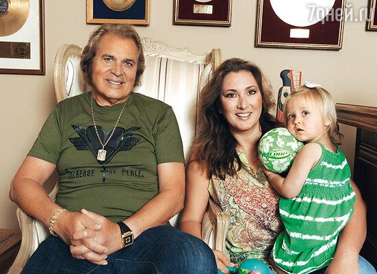 С дочерью Луизой и внучкой Оливией. 2010 г.