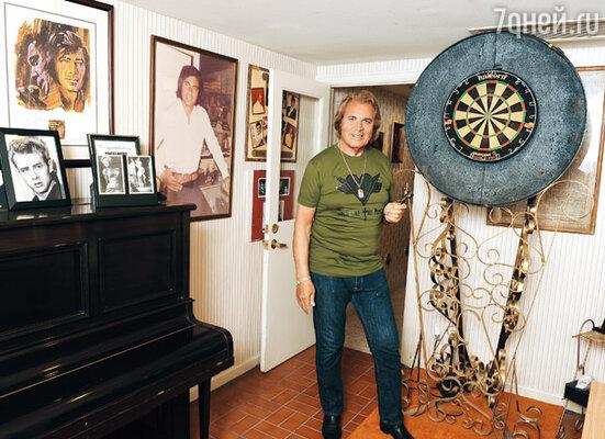 Дартс — увлечение 74-летнего певца — отлично снимает стресс