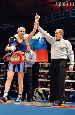 Даже на боксерском ринге Рагозина всегда выглядит женственно — в юбочке, с косичками