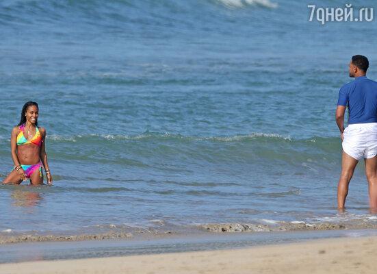 Уилл Смит провел праздничный день с женой и детьми на пляже. На фото: Уилл Смит и Джада Пинкетт Смит