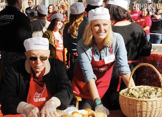 Кирк Дуглас и Малин Акерман накормили бездомных обедом