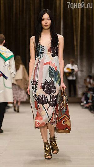 Модель Burberry Prorsum на Неделе моды в Лондоне
