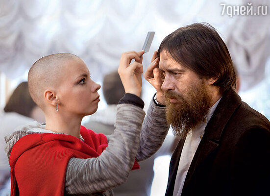 Мастер по гриму Евгения Малинковская наносит последние штрихи перед началом съемок