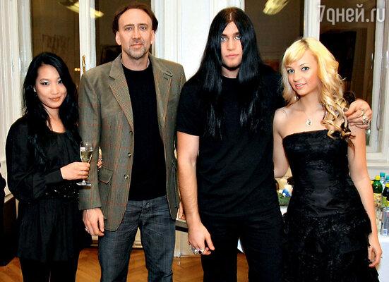 С женой Элис и сыном Уэстоном на премьере фильма «Время ведьм»