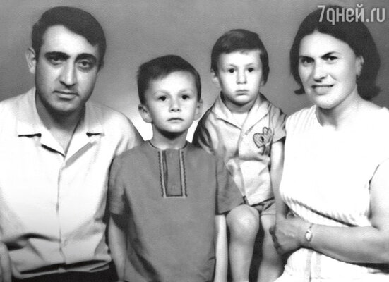 Семья Меладзе: ШотаКонстантинович иНелли Акакиевна ссыновьями — Костей иВалерием. Батуми, 60-е годы