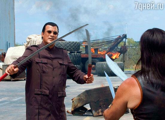 Мистер Трехо словно получил лицензию на изображение в кино классического злодея, став самым узнаваемым и страшным человеком в Голливуде даже со спины. (Со Стивеном Сигалом в фильме «Мачете»)