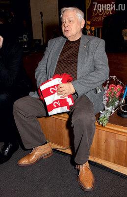 Поддерживая любимую команду, Олег Табаков часто носит шарф болельщика московского «Спартака»