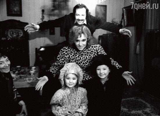 Людмила Гурченко со своим пятым мужем Константином Купервейсом ивнуками Леной и Марком. 1987 г.