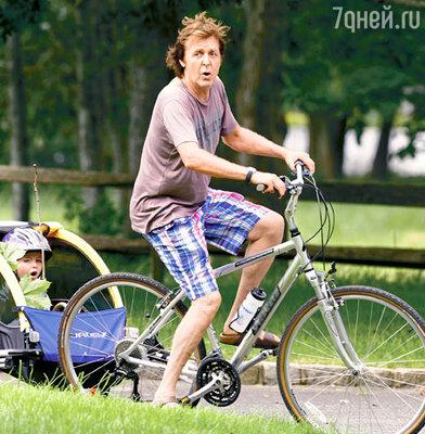 Пол и Беатрис поют даже во время велосипедных прогулок