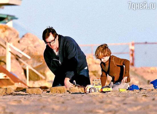 Джим Кэрри и Эван на пляже в Малибу