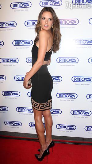 Алессандра Амбросио в платье от Versus Versace на открытии бутика Rimowa