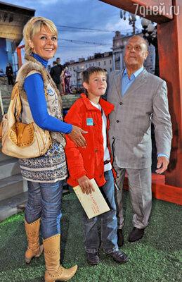 Владимир Меньшов с дочерью Юлией и внуком