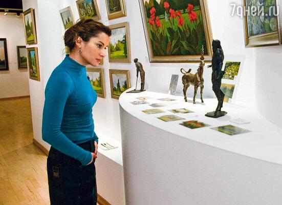 Сейчас Тина пытается показать, что уважает мой выбор: она начала интересоваться живописью
