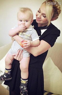 Яна Рудковская с сыном Сашей - крестником Димы Билана