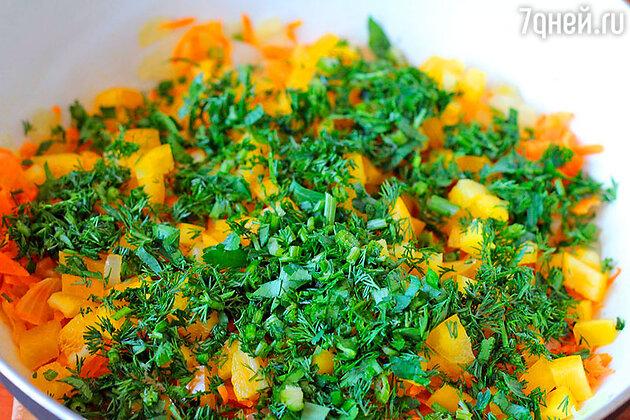 Добавляем к луку и моркови сладкий перец, измельчённую зелень, соль, перец, перемешиваем и тушим всё вместе минут 5. Оставляем немного зелени для готового блюда