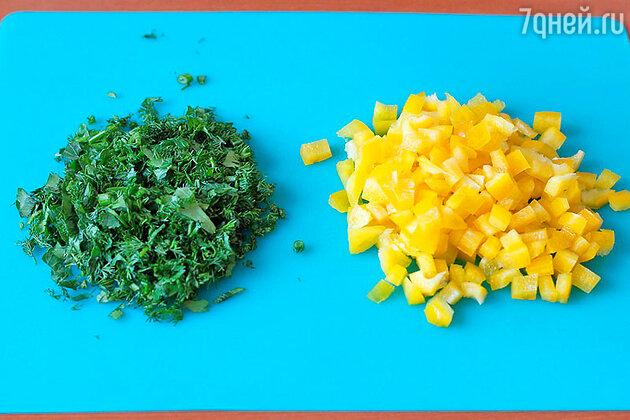 Сладкий перец очищаем от плодоножки и семян, нарезаем мелким кубиком, зелень измельчаем