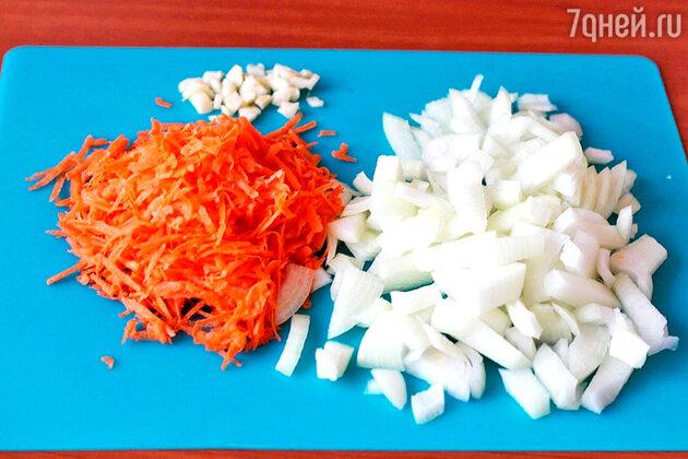 Морковь натираем на терке, лук и чеснок измельчаем
