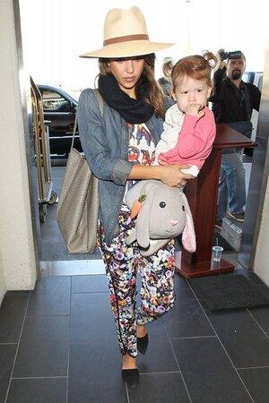 Джессика Альба в брюках от MINKPINK и в джинсовой рубашке от Paige Denim в аэропорту Лос-Анджелеса 2013
