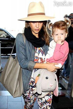 Джессика Альба с дочкой в аэропорту Лос-Анджелеса 2013
