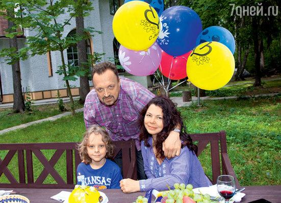 Виктор Гусев с женой Ольгой и сыном Мишей на своей подмосковной даче