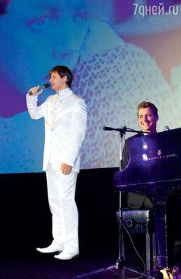 Алексей Воробьев аккомпанирует певцу Николаю Рябухе