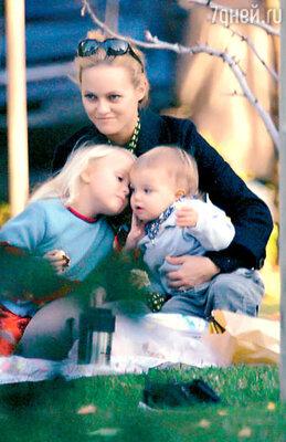 Ванесса Паради, возлюбленная актера, с их детьми — сыном Джеком и дочерью Лили-Роуз. Лос-Анджелес, 2003 г.