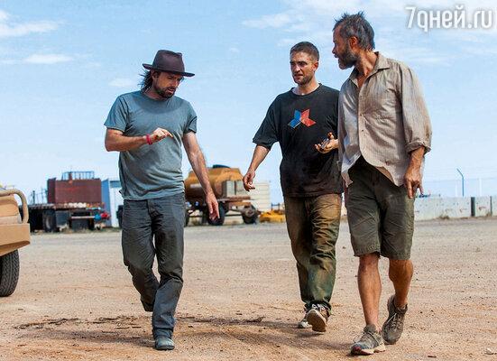 Съемки фильма «Ровер» проходили в австралийской глуши. Режиссер Дэвид Мишо разбирает сцену с актерами Робертом Пэттинсоном иГаемПирсом. 2014 г.