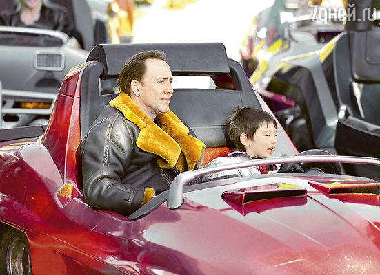 Николас Кейдж с младшим сынишкой Кэл-Элом в Диснейленде. 2011 г.
