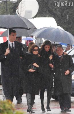 На похоронах Эрики мать Летиции плакала навзрыд. К немалому удивлению Фелипе, его родственники тоже вели себя как нормальные люди. Фелипе, мать Летиции, Летиция, ее дедушка