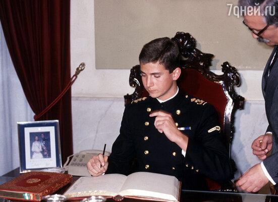 Принц Фелипе получил несколько дипломов, был офицером армии, флота и ВВС, умел пилотировать вертолет, выступал на Олимпийских играх за национальную сборную по парусному спорту, отлично разбирался в экономике и политологии...
