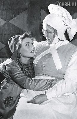 У меня в театре сразу же все очень хорошо сложилось. (Слева - Нина Гуляева в роли Митиль, спектакль «Синяя птица», 1956 г.)