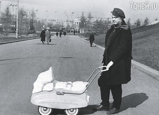 Маленькому Славе наши коллеги подарили коляску. (Невинный-папа гуляет с Невинным-сыном)