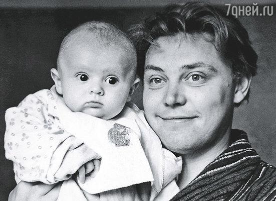 У нас родился мальчик — вылитый Невинный-старший. Носик сапожком, и глаза голубые...