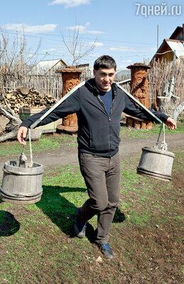 Чтобы сварить уху, Сергею Пускепалису пришлось сходить кколодцу за водой...