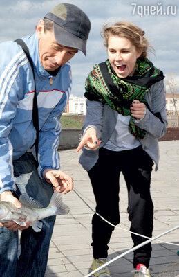 Актриса на набережной Иртыша с местным рыболовом