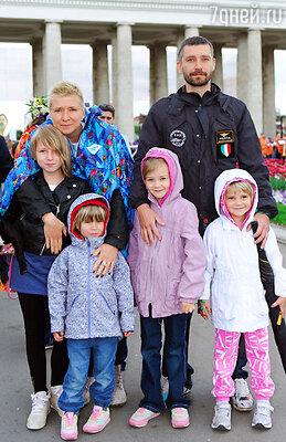 Владимир Крестовский с семьей