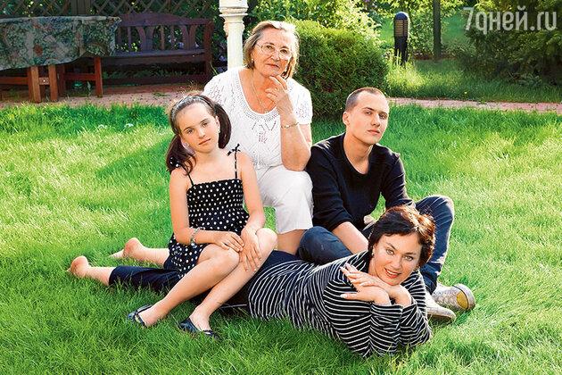 Лариса Гузеева с мамой Альбиной Андреевной, дочерью Ольгой и сыном Георгием