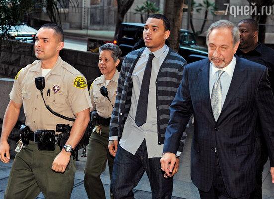 Крис Браун был приговорен к 180 дням исправительных работ. Криса ведут в Верховный суд Лос-Анджелеса